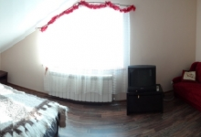 в нашому номері наявне велике двохспальне ліжко та мякий диван