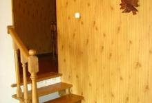 сходи з великою кімнати ведуть в додаткову затишну кімнату