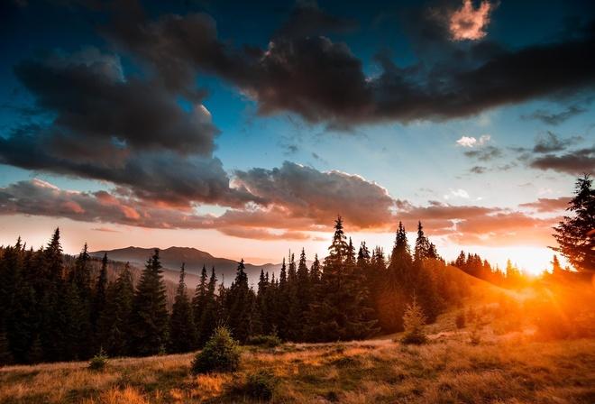 захід сонця в Карпатах