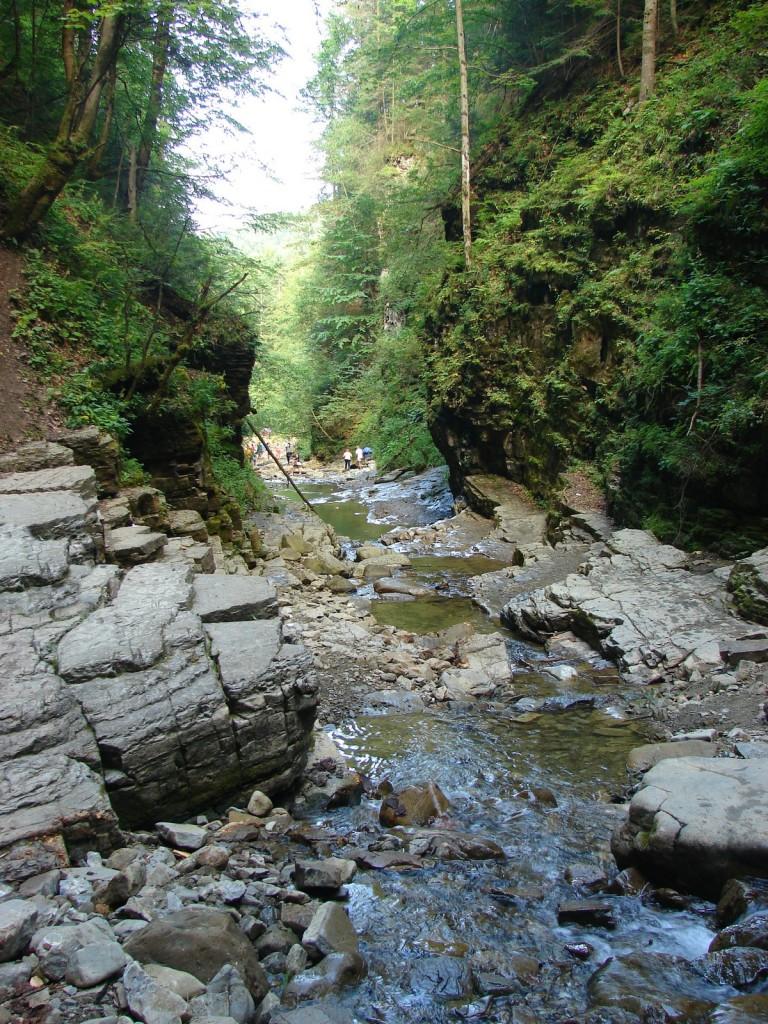 каньйон поруч з манявським водоспадом