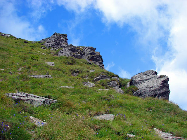 Камені та скелі на схилі Петроса