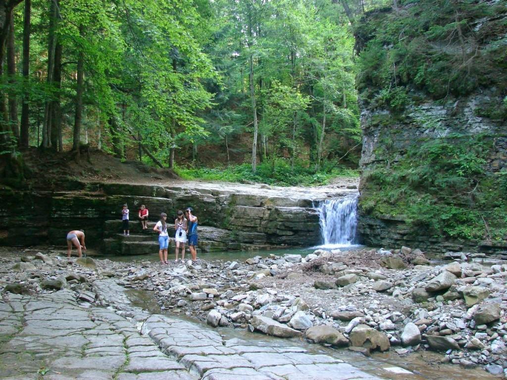 пороги та невеличкі водоспадики вище манявського водоспаду
