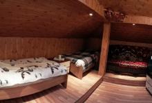 номер облаштований двохспальним диваном та двома односпальними ліжками