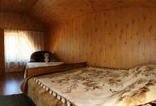 на такому широкому ліжку завиграшки вміститься молода сімя навіть із дитиною