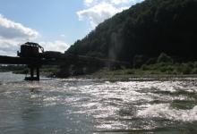 ось цієї дорогою над рікою пролягає частина дороги якою їде карпатський трамвай