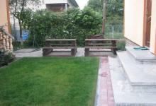 лавки для вечері та відпочинку на подвірї влітку