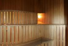 зручні полички та мягке освітлення довершують чудову обстановку сауни