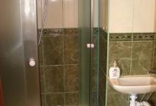 душова кабіна у ванній кімнаті широка й зручна